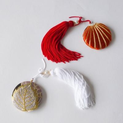 ロングタッセルと刺繍のミラー/帯飾り(赤・白)