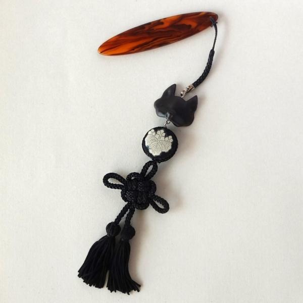 狐半面帯飾りと菊結び、家紋のつなぎパーツが揺れる帯飾り(根付)